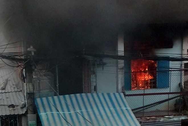 Ngọn lửa bao trùm căn nhà. Ảnh: Người dân cung cấp