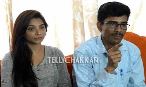 Luật sư Neeraj Gupta (phải) đưa ra những tiết lộ gây sốc