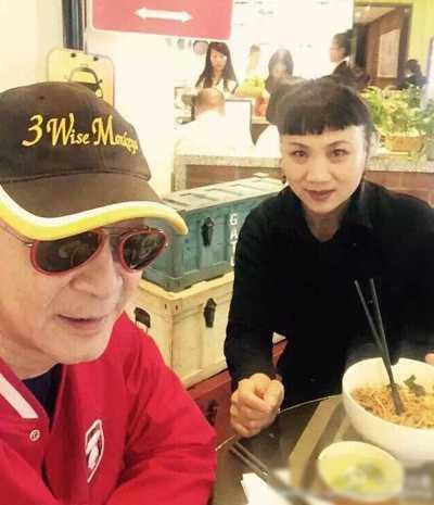 Lục Tiểu Linh Đồng đón sinh nhật 57 tuổibên vợ.