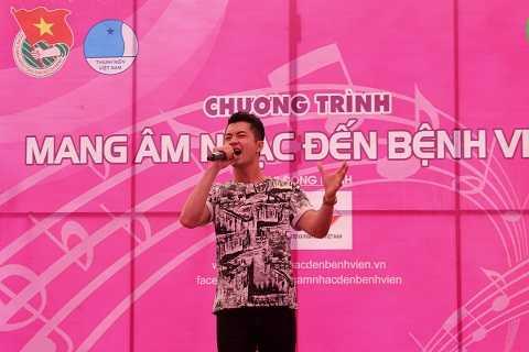 Quốc Huy - Quán quân Ngôi nhà âm nhạc 2012 khuấy động mở đầu chương trình bằng một bài hát sôi động.