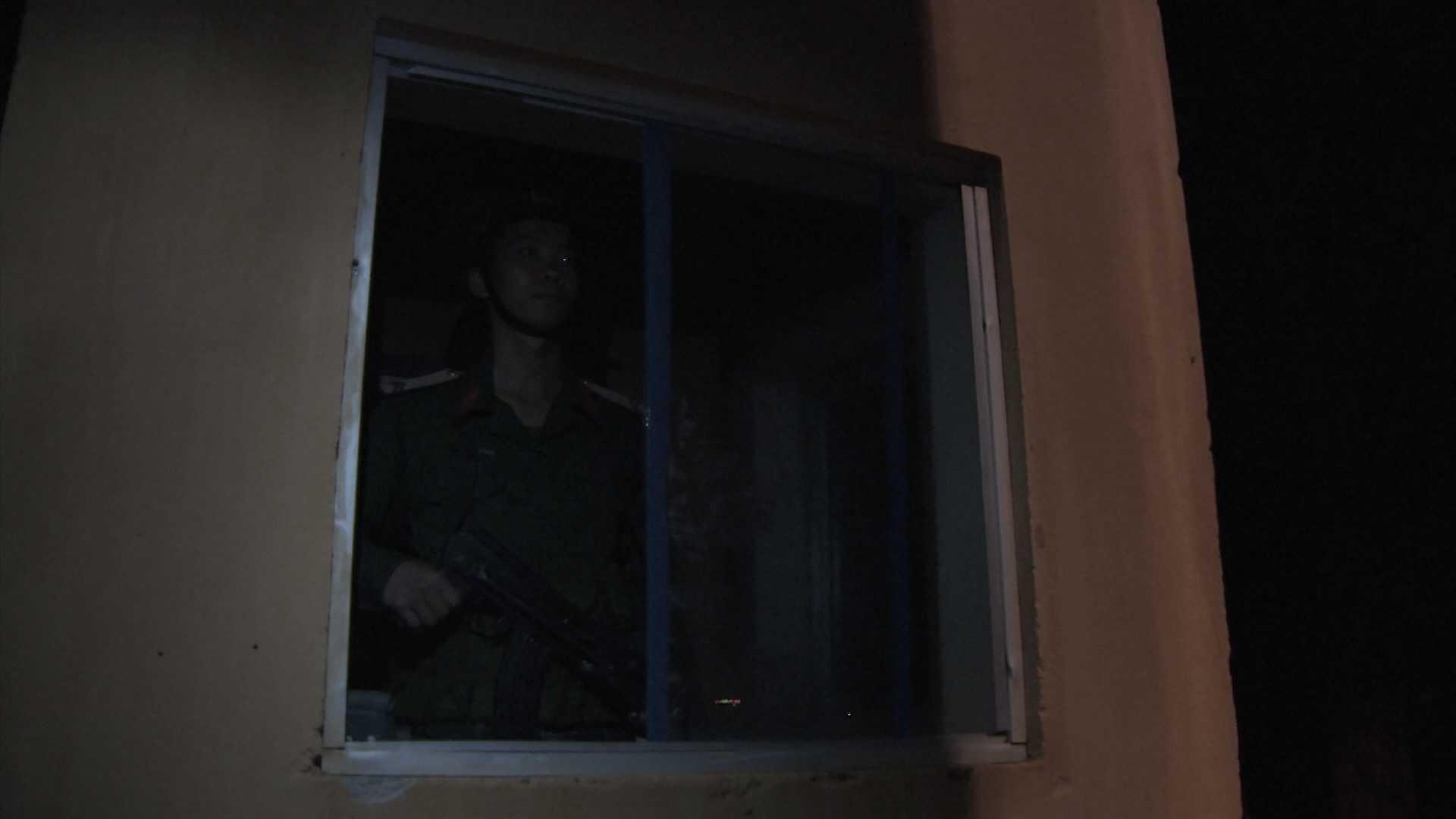 Mỗi người lính gác đêm sẽ đứng 2h trong một ca gác đêm.