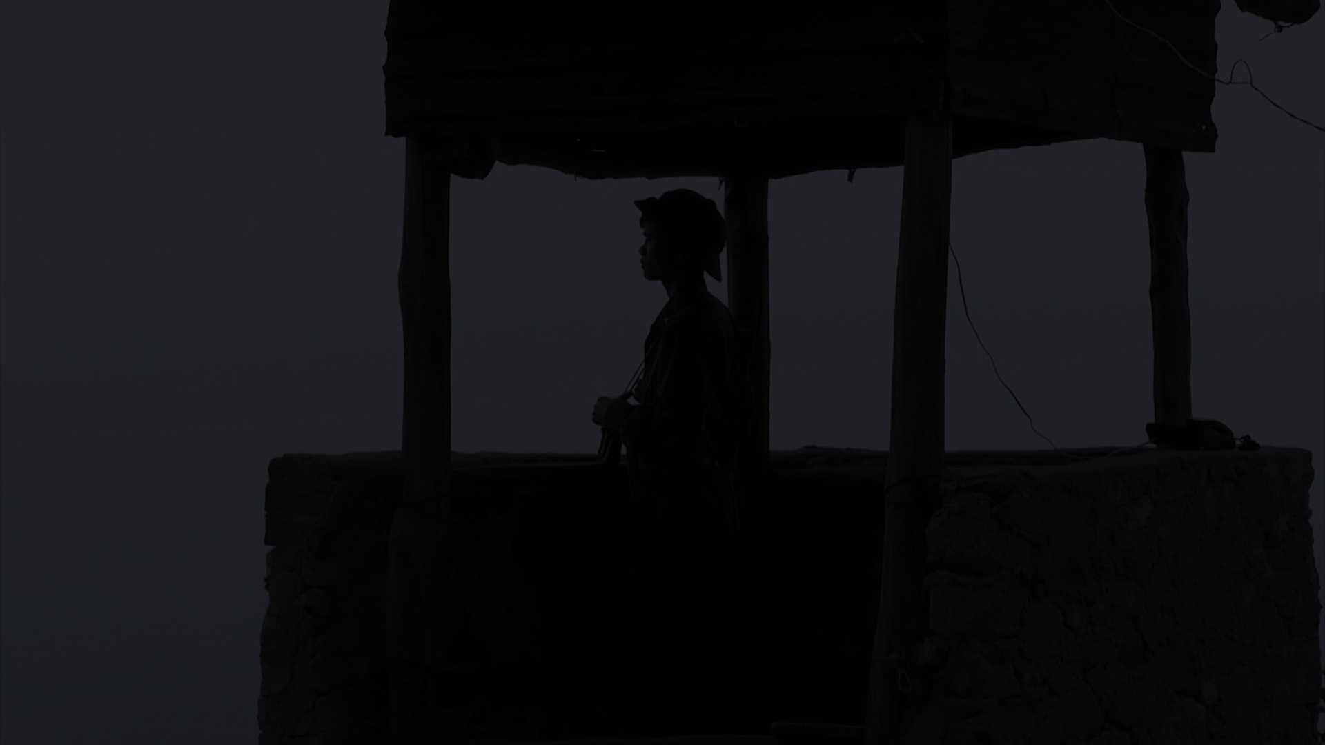Những người lính gác đêm luôn phải tập trung cao độ để hoàn thành nhiệm vụ của đơn vị.