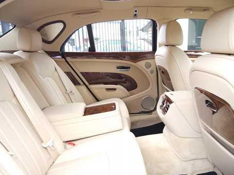 Tại hàng ghế sau - vị trí ngồi của Nữ hoàng cùng các nhân vật quan trọng, chiếc xe được trang bị bàn gấp và gương trang điểm.