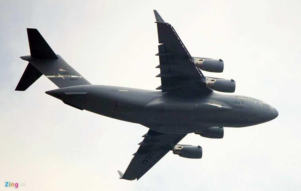 Những ngày qua, gần chục chuyến bay của đoàn Tổng thống Mỹ liên tục hạ cánh xuống sân bay Tân Sơn Nhất, TP HCM mang theo trực thăng, trang thiết bị an ninh, cùng chó nghiệp vụ.