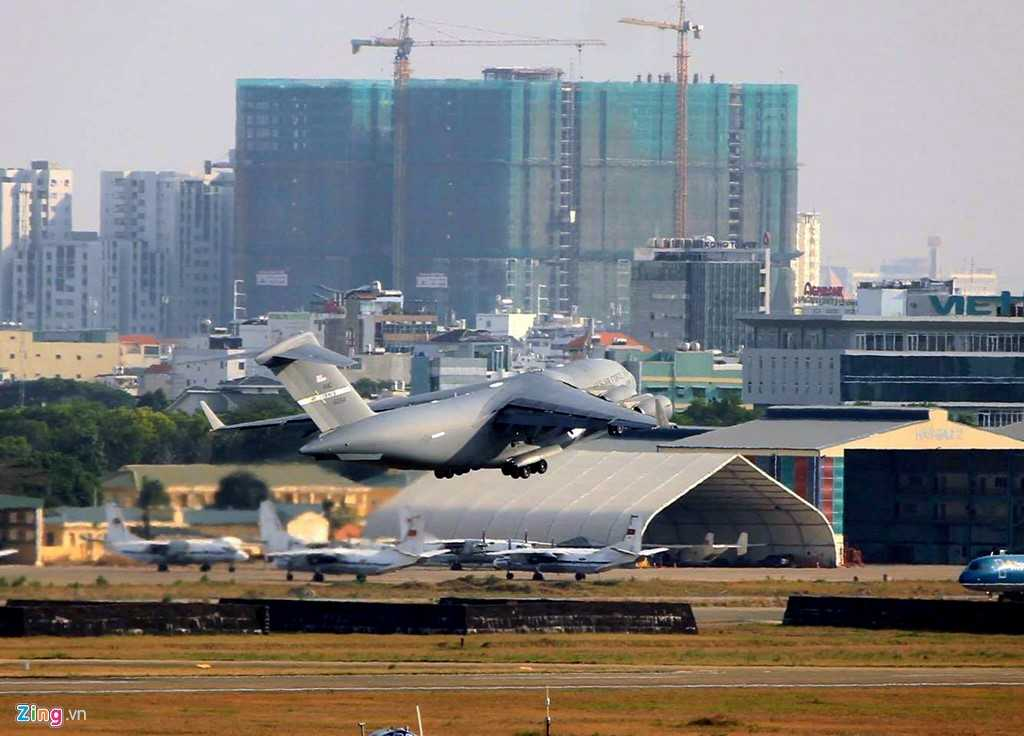 Máy bay vận tải của US Air Force chỉ đỗ khoảng 2 đến 3 giờ ở sân bay Tân Sơn Nhất để bốc dỡ hàng hóa...