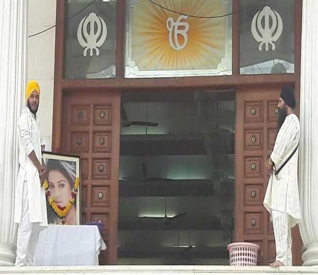 Pratyusha Banerjee tự tử tại nhà riêng vào ngày 1/4. Thi thể của cô đã được hỏa táng vào tối 2/4. Để nhớ về Pratyusha Banerjee, tối 5/4, sự kiện tưởng niệm nữ diễn viên được tổ chức tại Gurudwara, Mumabi. Cha mẹ cô và nhiều đồng nghiệp thân thiết như Deepshikha, Anuj Sachdeva, Sangram Singh đã có mặt.