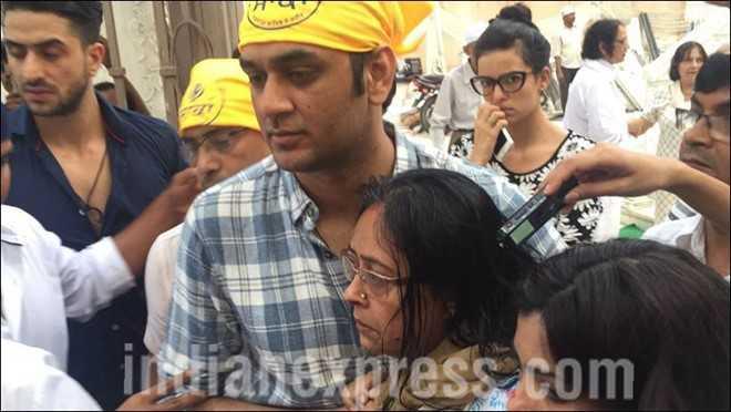 """Mẹ của Pratyusha đứng không nổi trong lễ tưởng niệm con gái vừa qua đời. Bà liên tục nói: """"Rahul (bạn trai của Pratyusha) phải bị trừng phạt""""."""