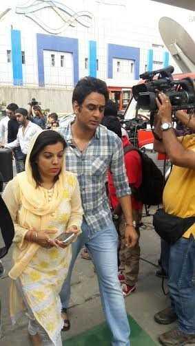 Vikas Gupta là người túc trực nhiều ngày qua bên gia đình nữ diễn viên Cô dâu 8 tuổi. Anh cũng có mặt tại lễ tưởng niệm.