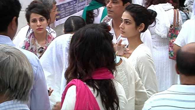 Roop Durgapal và Aakanksha Singh trầm mặc bên ngoài nơi tưởng niệm.