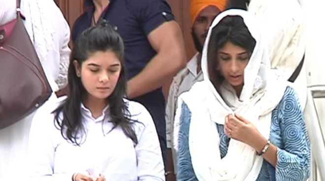Hai diễn viên Poooja Gor và Aishawarya Sakhuja cúi mặt đau buồn.