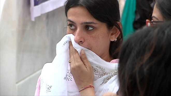 """""""Mẹ chồng Anandi"""" Smita Bansal không cầm được nước mắt."""