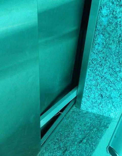 Cánh cửa thang máy nơi nam sinh rơi vào trong hầm thang máy chết thảm