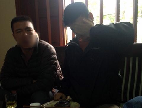 Một người đàn ông lạ mặt đến nói chuyện với gia đình nạn nhân về vụ việc - Ảnh gia đình cung cấp