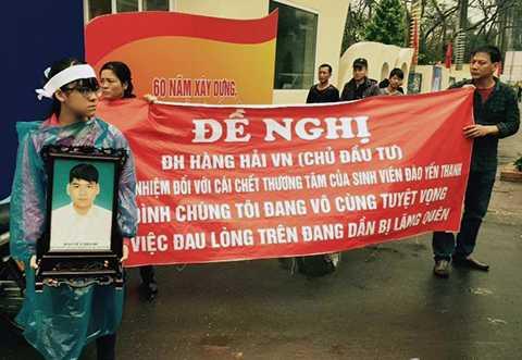 Bố mẹ và người thân nam sinh Đào Yến Thanh bức xúc nên đã làm băng rôn, mang di ảnh đến cổng trường Đại học Hàng hải Việt Nam yêu cầu làm rõ vụ việc