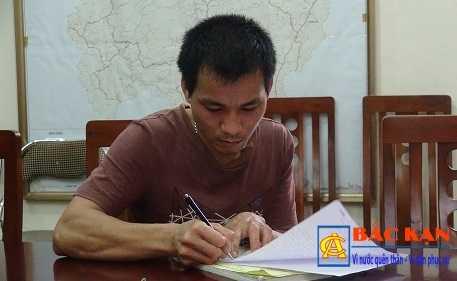 Anh Tuấn làm bản tường trình tại Phòng CSGT Bắc Kạn. Ảnh CABK