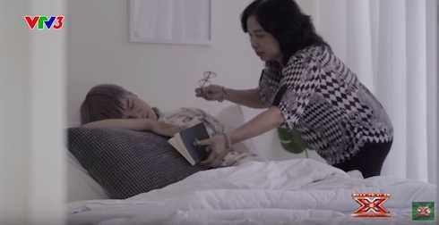 Mẹ Mai Thái Anh chăm sóc cho con trong clip câu chuyện của chương trình.