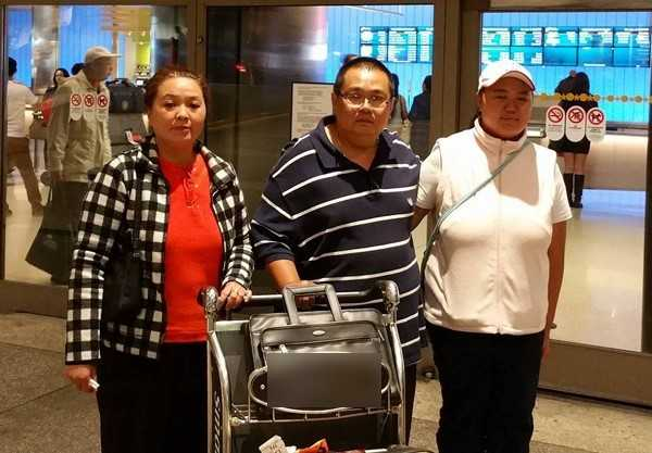 Anh chị ruột Minh Béo tại sân bay ở Mỹ. Minh   Béo và anh trai đã được gặp nhau. Người nhà của Minh Béo dự kiến tham   dự phiên tòa ngày 15/4. Ảnh: Ngọc Lan