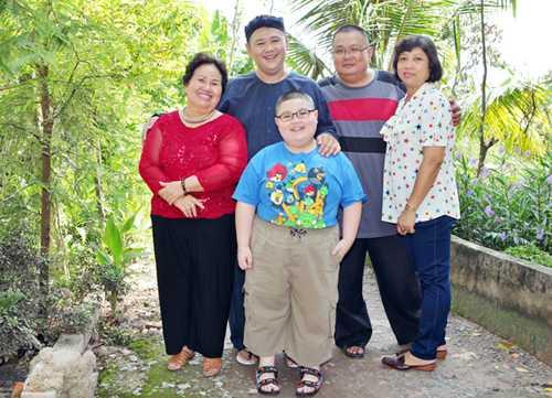 Minh Béo cùng mẹ (trái)và gia đình anh trai.