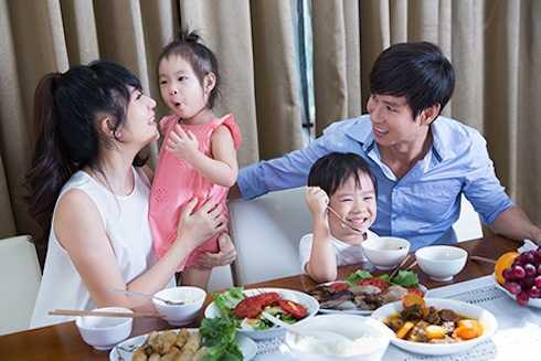 Các bé Minh Hà đều có thể tự ăn cơm để cô có thời gian chăm sóc cho cả ba và làm việc.