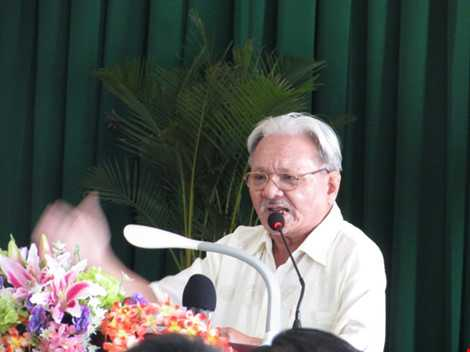 Cử tri Trương Công Bình phát biểu tại hội nghị. Ảnh: N.NAM