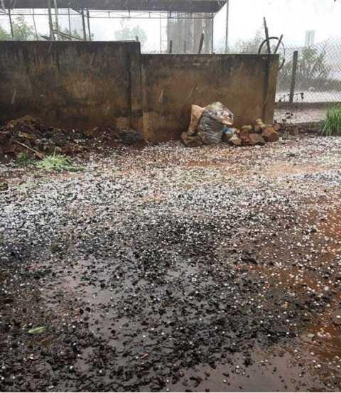 Mưa đá rơi vãi tại các tuyến đường