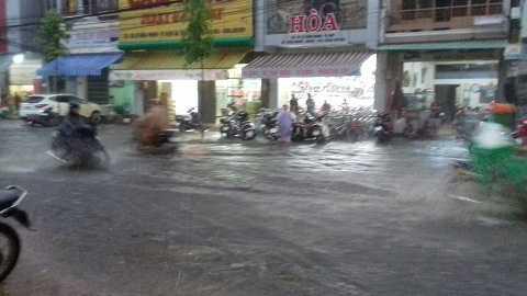Hình ảnh cơn mưa lớn xuất hiện trước đó tại TP Buôn Ma Thuột