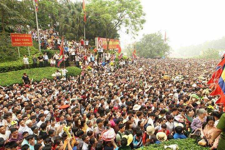 Sáng nay 16/4 tức mồng 10 tháng 3 âm lịch, hàng triệu người dân địa phương và du khách thập phương đã tập trung về Đền Hùng dâng hương, dâng lễ cúng vua Hùng (Ảnh: Nguyễn Quốc Khánh)