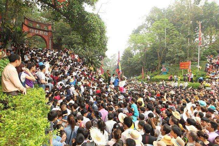 Từ sáng sớm, người dân đã tập trung ở núi Nghĩa Lĩnh để chờ đi lên đền Thượng (Ảnh: Nguyễn Quốc Khánh)