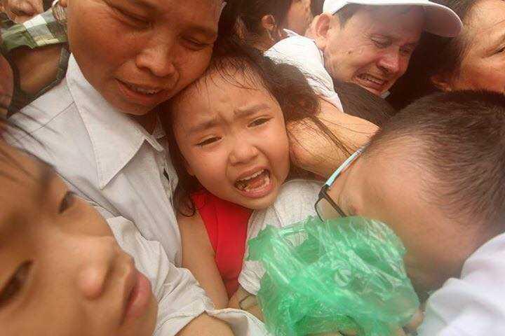 Nhiều phụ nữ và trẻ em bị chen bẹp dúm (Ảnh: Nguyễn Quốc Khánh)
