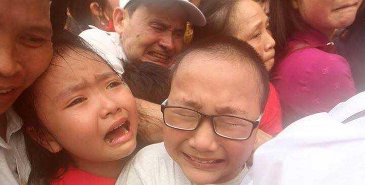 Nhiều em nhỏ sợ hãi khóc thét (Ảnh: Nguyễn Quốc Khánh)
