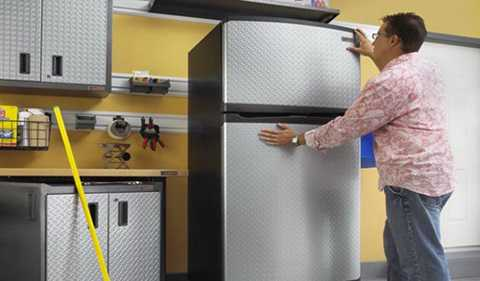 Ngay từ khâu lắp đặt, bố trí tủ lạnh khi   mới mua về cũng phải được chú trọng. Nên kiểm tra kĩ và chắc chắn tủ   lạnh nhà mình đã được kê cân bằng. Bởi khi tủ lạnh bị chênh thì rất dễ   bị hở cánh tủ ảnh hưởng đến quá trình làm mát, tăng lượng điện tiêu thụ   hơn.