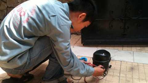 Chú ý làm sạch máy nén của tủ đều đặn và   ít nhất mỗi tháng một lần. Các cuộn dây của máy nén tủ thường nằm ở phía   sau lưng của tủ. Việc vệ sinh máy nén thường xuyên, giúp máy hoạt động   đúng công suất, máy sẽ mau lạnh, tiêu hao ít năng lượng hơn.