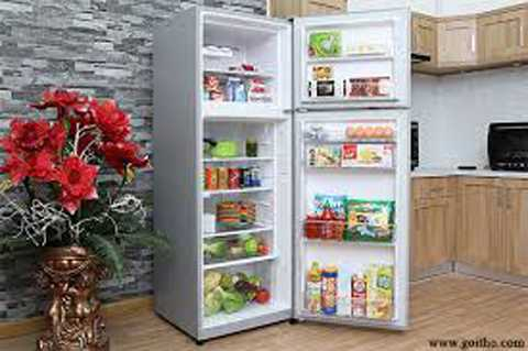 Tránh việc mở tủ lạnh quá lâu. Người dùng   nên suy nghĩ trước những thứ mình cần lấy hoặc định vị vị trí để đồ   trong tủ lạnh. Tránh tình trạng mở quá lâu để tìm đồ. Mỗi lần bạn mở   cửa, hơi lạnh sẽ bị thoát ra đến 30% hơi lạnh trong tủ, và tủ phải làm   lạnh lại sau mỗi lần bạn mở cửa. Điều này ảnh hưởng rất xấu đến tủ lạnh   và là nguyên nhân khiến tủ lạnh tốn điện hơn.