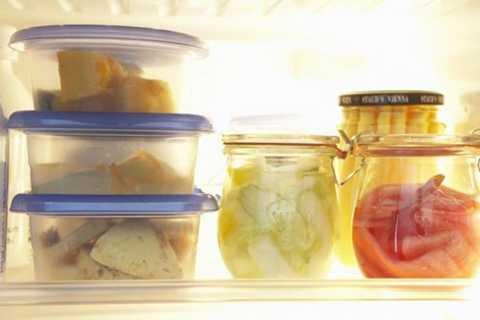 Dụng cụ chứa đồ để trong tủ lạnh nên dùng   chất liệu thủy tinh. Điều này giúp quá trình làm mát cho thực phẩm được   nhanh hơn, bởi thủy tinh giúp cân bằng nhiệt trong tủ lạnh tốt, giúp   tiết kiệm điện rất hiệu quả.