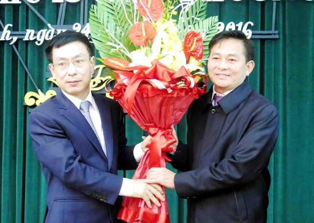 Ông Phạm Đình Nghị, Chủ tịch UBND tỉnh Nam Định tặng hoa chúc mừng ông Nguyễn Phùng Hoan (Ảnh: Đức Văn)
