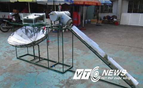 Máy chưng cất phiên bản 2 của em Nguyễn Tấn Lợi. Ảnh: Hoa Phan