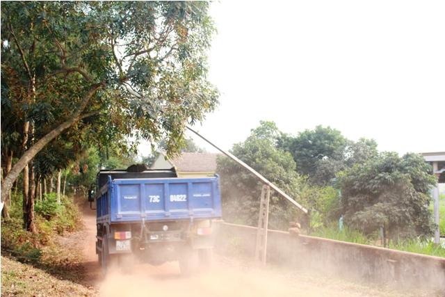 Mỗi lần cánh tài xế đánh xe qua đường liên thôn người dân lại hứng những trận bụi mù mịt