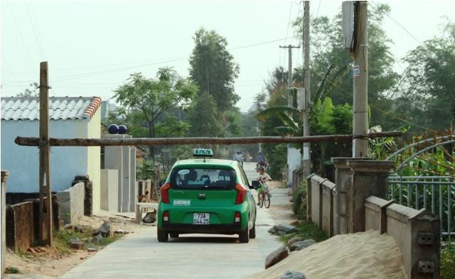 Dù người dân đã làm barie chắn ngang đường nhưng cánh tài xế vẫn tìm cách để