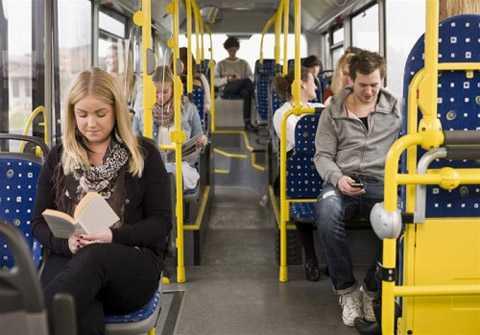 Không nên đứng/ngồi ở cửa xe buýt.