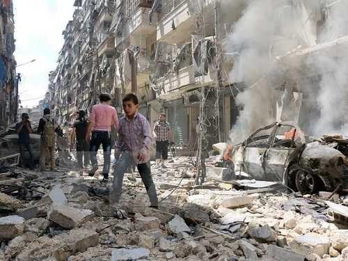 Cảnh đổ nát sau vụ không kích ở thành phố Aleppo. (Nguồn: AFP/TTXVN)