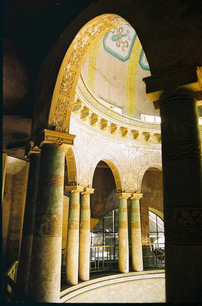 Chính giữa sảnh là mái vòm hai lớp với các hàng cột, các hoạ tiết trang trí kiểu Tân cổ điển.