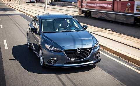 Không còn bản tiêu chuẩn SV, Mazda3 2016 bắt đầu với bản i Sport với camera hỗ trợ lùi là trang bị tiêu chuẩn, giá bán từ 17.900 USD cho bản hộp số sàn 6 cấp và 18.900 USD cho tùy chọn hộp số tự động