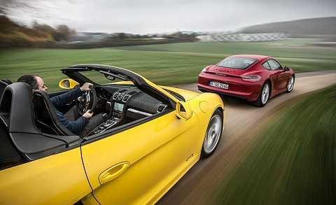Từ phiên bản 2016, Porsche đổi tên hai dòng Boxster và Cayman thành 718 Boxster và 718 Cayman, nhằm tôn vinh những đột phá của Porsche 718 từ năm 1957 và nhắc lại lịch sử của hãng về động cơ 4 xi-lanh nằm ngang. Cũng từ thế hệ này, phiên bản mui trần và mui cứng có chung thông số sức mạnh, và mui trần sẽ được định giá cao hơn so với bản mui cứng. Ảnh Car and Driver