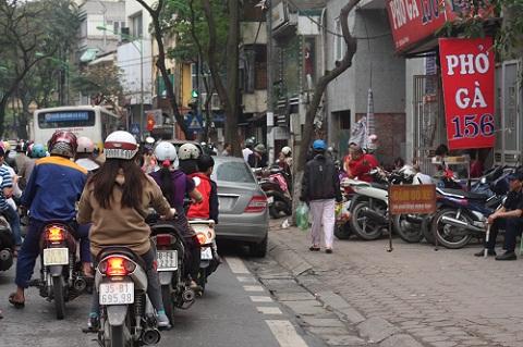 Xe đỗ kín vỉa hè lòng đường gây ùn tắc giao thông.