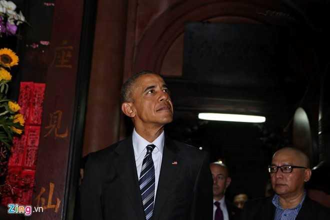 Ông Obama chăm chú lắng nghe lời giới thiệu về ngôi chùa trên 100 tuổi. (ảnh: Zing)