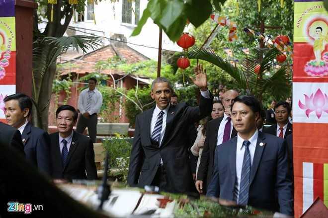 Sau khoảng 15 phút tham quan ngôi chùa cổ, ông Obama ra ngoài vẫy tay chào mọi người. Ảnh: Hải An