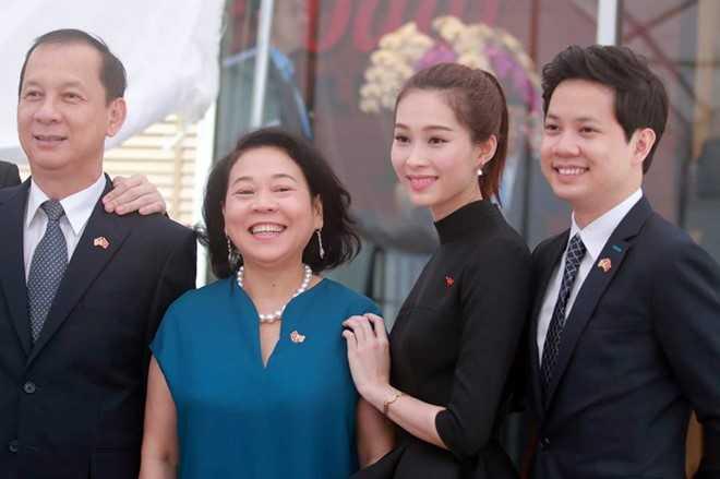 Hoa hậu Đặng Thu Thảo và bạn trai Trung Tín đón Tổng thống Obama tại Dreamplex.