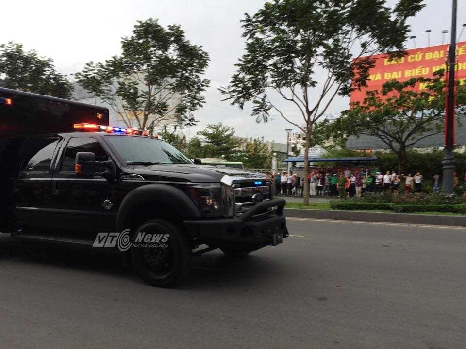 Đoàn xe hộ tống tổng thống Obama rời khỏi sân bay (ảnh: Phan Cường)