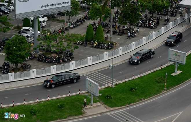 Đoàn xe bắt đầu đưa Tổng thống Mỹ rời khỏi sân bay Tân Sơn Nhất để về trung tâm TP. Ảnh: Lê Quân/Zing