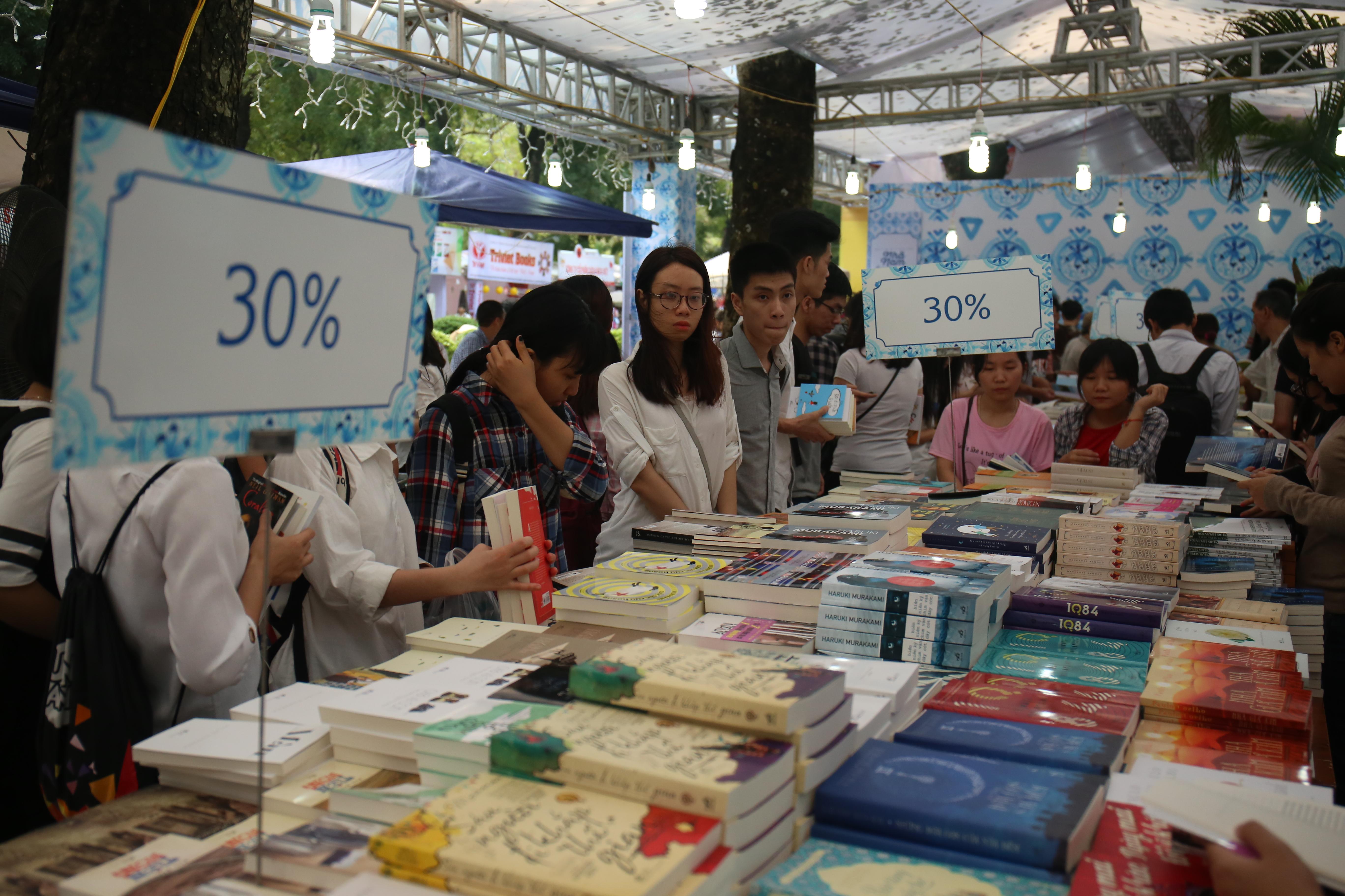 Các gian hàng đều có những chương trình ưu đãi, với giá giảm   sâu từ 20 đến 50% trên mỗi đầu sách.